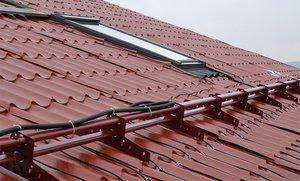 Установка системы обогрева крыши.