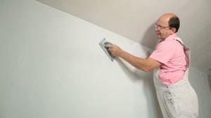 Выравнивание стен шпаклёвкой.